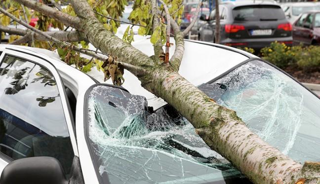 Wer kommt für Sturmschäden am Auto auf?