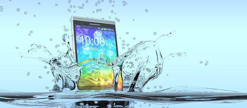 Was tun, wenn das Smartphone ins Wasser gefallen ist?